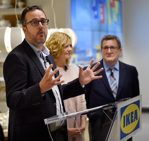 Le directeur par intérim d'IKEA Canada, David McCabe, la designer en chef d'IKEA Canada, Kathy Davey, et le maire de Québec, Régis Labeaume