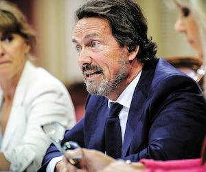 Le PDG de Québecor, Pierre Karl Péladeau, était accompagné mercredi de Lyne Robitaille (à droite), également de Québecor, à la commission parlementaire sur l'avenir des médias, à l'Assemblée nationale.
