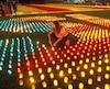 Cette femme allumé hier l'une des 82000 bougies qui ont servi à façonner le drapeau de la Catalogne indépendante.