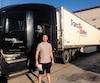 Éric Lucas, l'ancien champion du monde de boxe des poids super-moyens, s'est découvert une nouvelle passion, soit celle de conduire ces gros camions avec une remorque de 53pieds pour la compagnie Trans-West.