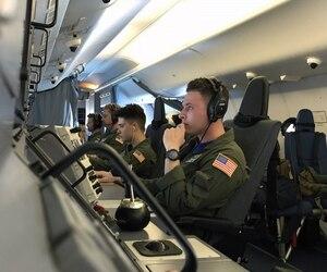 Des membres de la US Navy portent assistance aux efforts de recherches pour retrouver le sous-marin argentin San Juan.