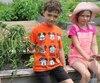La boîte sur laquelle sont assis Jasmin Lafortune ainsi que les jeunes Zach Lacoste et Peyton Proulx contenait des légumes qui ont été arrachés récemment.