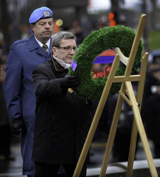 Le Maire Régis Labaume dépose une gerbe de fleurs lors de la céremonie du jour du Souvenier, à la Grande croix des Plaines d'Abraham, à Quebec.