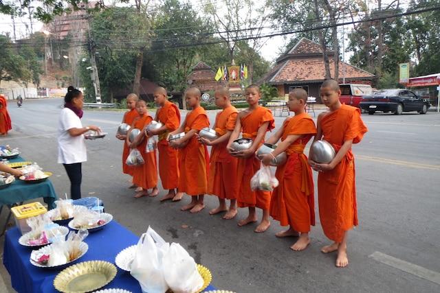 Au lever du soleil, cérémonie des offrandes aux moines du sanctuaire  Doi Suthep, le plus grand et un des plus vénérés de la Thaïlande.