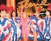 Céline Dion s'est éclatée avec les danseuses du cabaret parisien Moulin Rouge, le 24 janvier, vêtue d'une robe rose éclatant.
