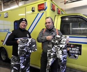 L'ambulancier Barney Wexlear reçoit du Syndicat du préhospitalier (FSSS-CSN) un pantalon de type «camouflage», à l'hôpital Santa-Cabrini de Montréal, mercredi.