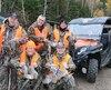 Voici un groupe de chasseurs heureux de leur aventure en côte à côte dans la réserve faunique des Laurentides. À l'avant-plan, dans l'ordre habituel, Richard Néron et Sylvain Boucher. Debout, Gilles Dubois, Michel Simard et Robert Saunier.