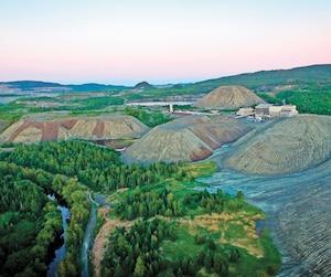 Dans la région de Thetford Mines et d'Asbestos, les compagnies minières ont laissé en héritage près de 800 millions de tonnes de résidus qui contiennent jusqu'à 40% de fibre d'amiante chrysotile. Des compagnies souhaitent en tirer du magnésium.