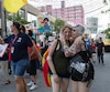 Des manifestants marchent sur la rue Sainte-Catherine pour la «L Marche», une manifestation pour les femmes issues de la diversité sexuelle, dans le cadre du festival Fierté Montréal.