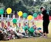 Les membres des familles et amis des victimes de la fusillade de Santa Fe ont érigé un mémorial sur le terrain de football de l'école.