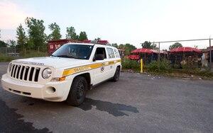 Hier, à la suite du reportage de notre Bureau d'enquête, les autorités municipales ont mis sous surveillance les BPC entreposés illégalement. Deux véhicules de la ville de Pointe-Claire patrouillent dans le secteur pendant le jour, et un prend la relève la nuit.