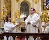 Le cardinal Gérald Cyprien Lacroix a célébré la traditionnelle messe de Pâques dimanche matin dans la basilique-cathédrale Notre-Dame de Québec pleine à craquer, où des centaines de fidèles d'un peu partout dans le monde étaient venus entendre son message de paix.