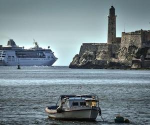Le paquebot «Empress of the seas» quittant le port de La Havane
