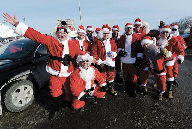 Un groupe de joyeux pères Noël ont animé les festivités d'avant-match. Il faut croire qu'ils ont été sages toute l'année, puisqu'ils ont reçu en cadeau une victoire de leurs favoris.