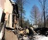 La roulotte, qui n'est plus qu'un tas de cendres après l'incendie mortel, était située derrière le garage (à gauche) de la rue des Menhirs à Saint-Calixte, dans Lanaudière.