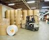 Ce sont environ 10 000 tonnes de papier installées sur des rouleaux qui sont livrés chaque année pour imprimer le Journal et ses divers cahiers et encarts publicitaires.