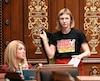 Jeudi, à l'occasion de son premier discours en Chambre, Catherine Dorion portait un t-shirt sur lequel était imprimé le nom du poète franco-ontarien Patrice Desbiens. La députée solidaire de Taschereau n'a pas été réprimandée par la présidence pour sa tenue vestimentaire.