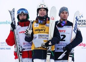 Alexandre Bilodeau (droite), Mikaël Kingsbury (centre) et Patrick Deneen.