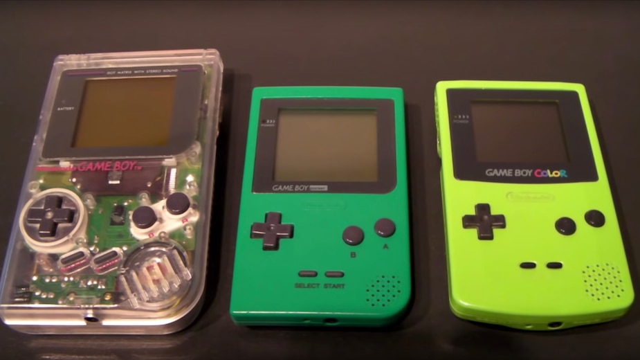 Au centre, le Game Boy Pocket