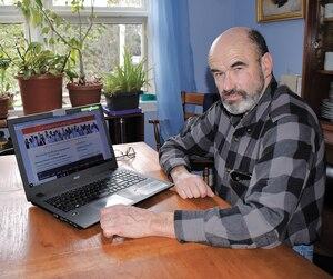 Le porte-parole de Canadians for Language Fairness (Canadiens pour l'équité linguistique), Jean-Serge Brisson montre son portable affichant le site du groupe qui réclame la fin du bilinguisme gouvernemental, qui coûterait trop cher.