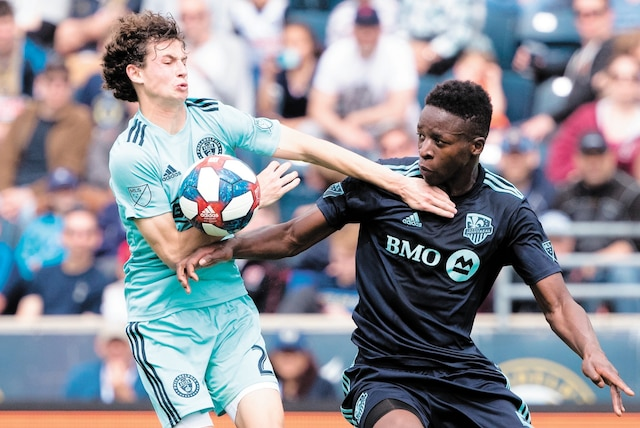 Brenden Aaronson, de l'Union, a disputé le ballon au défenseur de l'Impact Zakaria Diallo.