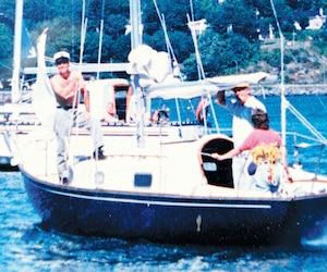 Le capitaine Guy Bégin et le couple Denis Samson et Hélène Racine sur le Belle-Isle devant Québec.