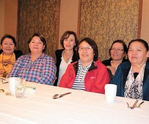 Christine Lalo, Marie-Marthe Malleck, Myriam Lalo, Annette Lalo et Diane Lalo étaient très émotives à la rencontre de Marie-Christine Joveneau (au centre, à l'arrière), hier, à l'hôtel Hilton de Québec.