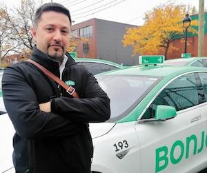 Le chauffeur Kambiz Sobhi Afshar, ici devant le garage de la flotte de la rue Saint-Patrick, espère que les relations avec son employeur vont s'améliorer.
