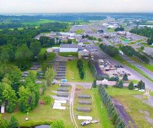 Photo aérienne du campement des migrants prise jeudi. Le camp est situé à environ 8km du passage irrégulier du rang Roxham.