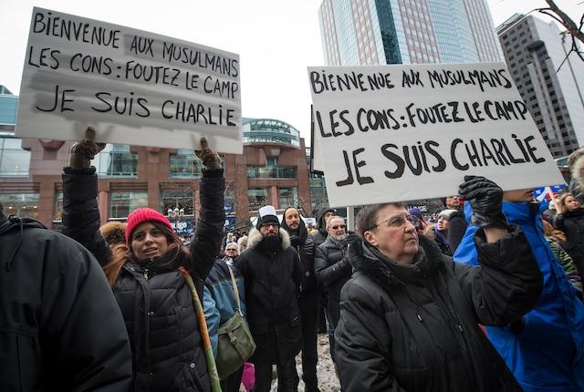 Rassemblement de plusieurs milliers de personnes dans les rues du centre-ville de Montréal pour une marche silencieuses