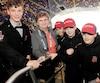Odette Pelletier a côtoyé de nombreux pee-wee, elle qui s'implique depuis 32 ans.Ici, avec des joueurs du Royal de l'école Cardinal-Roy.