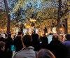 Un rassemblement en appui à la Catalogne a eu lieu vendredi au carré Saint-Louis, à Montréal. Des gens ont tenu desphotos des neuf condamnés indépendantistes.