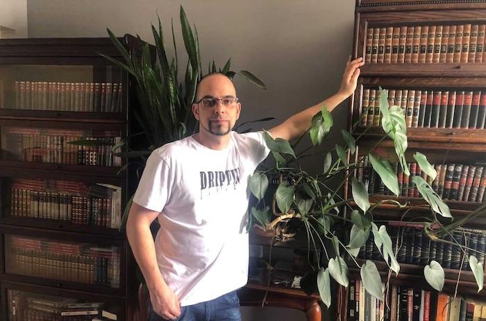 José Dominguez, de Sherbrooke, est le seul Québécois d'un groupe de huit Canadiens qui viennent d'être engagés pour tester du cannabis.  L'entreprise AHLOT avait reçu plus de 25 000 candidatures.