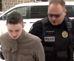 Alexandre Côté-Jennis, 25 ans, a comparu jeudi matin pour répondre à six accusations: trois chefs de vol qualifié et trois chefs de déguisement avec une cagoule pour commettre des crimes.