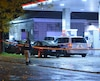 Un homme a été poignardé à la suite d'un conflit qui a éclaté près d'une station-service, à l'intersection du boulevard Saint-Laurent et de la rue Sherbrooke, à Montréal, vers 4 h le dimanche 23 octobre 2016. PASCAL GIRARD/AGENCE QMI