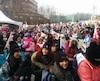 Des centaines de parents, enfants et professionnels de la petite enfance s'étaient réunis dimanche matin à la place Émilie-Gamelin pour dénoncer les compressions budgétaires dans les CPE.