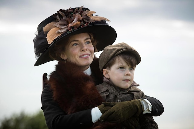 Sienna Miller campe Nina, la femme de Fawcett.