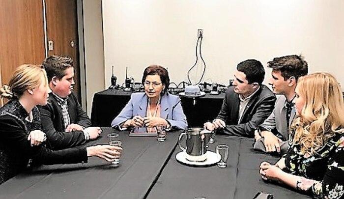 Fatima Houda-Pepin (centre) rencontre des jeunes au congrès de la CAQ, le 26 mai dernier.