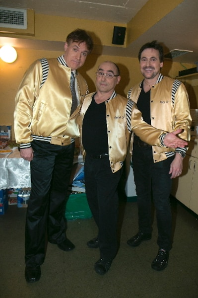 Bruno Landry, André Ducharme et Guy A. Lepage, vêtus du manteau de Rock et Belles Oreilles pour l'occasion. Ils ont interprété la première chanson qu'ils ont présentée aux Lundis des Ha! Ha! : Ça rend rap.