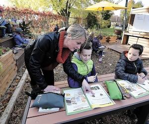 À l'école le Ruisselet de L'Ancienne-Lorette, l'enseignante Isabelle Leduc peut désormais faire la classe à l'extérieur avec ses élèves de cinquième année, grâce à un tout nouvel aménagement mis en place depuis la rentrée.
