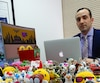 Joey Zukran, l'avocat à l'origine de la demande de recours collectif, détient des centaines de jouets McDo dans son bureau.