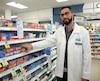 Le pharmacien Gabriel Torani estime qu'il faut s'informer auprès d'un pharmacien, même pour acheter des médicaments en vente libre contre le rhume ou la grippe, et éviter les doubles doses accidentelles en prenant à la fois des comprimés et du sirop.