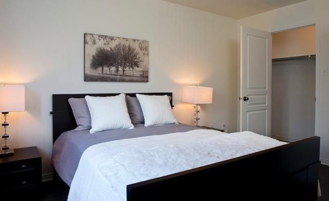 La chambre à coucher principale, de bonnes dimensions, éclairée par des fenêtres côté cour, offre un confortable walk-in. Ça fait toujours plaisir à Madame!