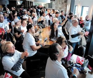 Une armée d'admirateurs de Mikaël Kingsbury a suivi avec anxiété le parcours de celui qui allait éventuellement devenir champion olympique, lundi au bar du Sommet Saint-Sauveur.