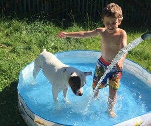Le petit Te-Jay et Maysun partagent de nombreux moments du quotidien. La mère du jeune garçon affirme que la chienne est d'une aide précieuse pour son fils.