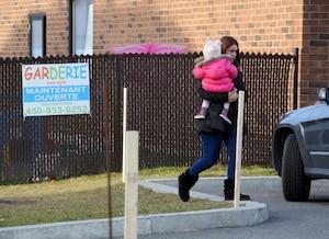 Une mère s'est empressée de récupérer sa fille.