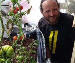 L'agronome Vincent Leblanc réussit à faire pousser des tomates en plein hiver sans débourser un sou d'électricité.