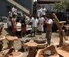 Les meubles sont fabriqués à Bali et importés au Québec. Ils sont vendus dans Lanaudière, ce qui permet autant de bien faire vivre l'entrepreneur que les travailleurs indonésiens.
