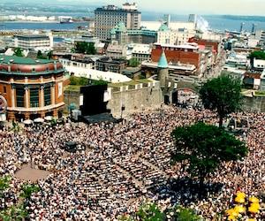 Rassemblement à place D'Youville en 1995 lors de l'annonce de la ville organisatrice des Jeux olympiques d'hiver de 2002.