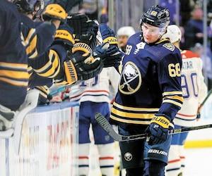Victor Olofsson défile devant ses coéquipiers des Sabres après avoir inscrit déjà son quatrième but en supériorité numérique cette saison.